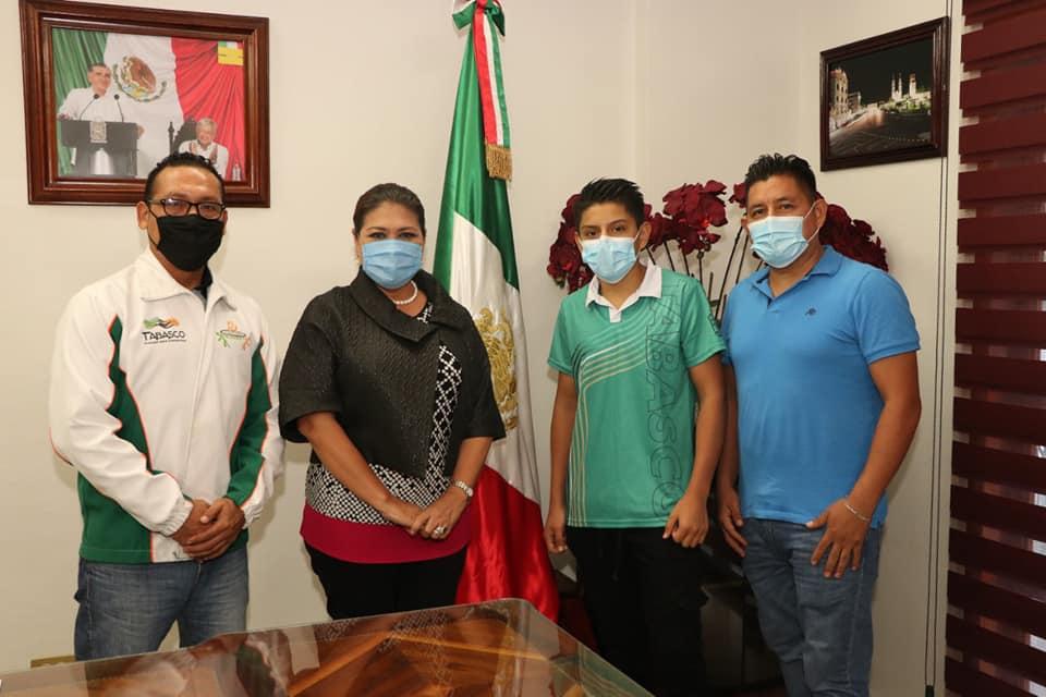 la alcaldesa María Esther Zapata Zapata recibió la visita del joven Jaime Enrique Román Landeros quien representará a Tabasco en la competencia de boxeo